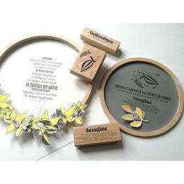 Tampon bois UN TEMPS POUR SOI par Florilèges Design. Scrapbooking et loisirs créatifs. Livraison rapide et cadeau dans chaque...