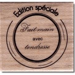Tampon bois FAIT-MAIN AVEC TENDRESSE par Florilèges Design. Scrapbooking et loisirs créatifs. Livraison rapide et cadeau dans...