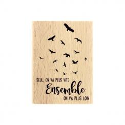 Tampon bois PLUS LOIN par Florilèges Design. Scrapbooking et loisirs créatifs. Livraison rapide et cadeau dans chaque commande.