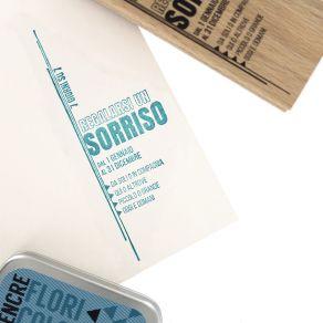 Tampon bois italien SORRIDERE OGNI GIORNO par Florilèges Design. Scrapbooking et loisirs créatifs. Livraison rapide et cadeau...