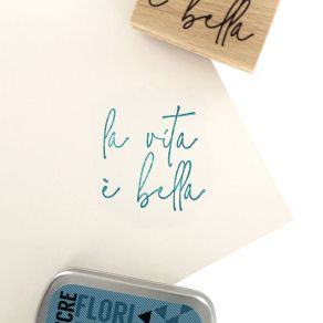 Tampon bois italien BELLA VITA par Florilèges Design. Scrapbooking et loisirs créatifs. Livraison rapide et cadeau dans chaqu...