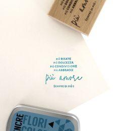 Tampon bois italien SEMPRE PIU AMORE par Florilèges Design. Scrapbooking et loisirs créatifs. Livraison rapide et cadeau dans...