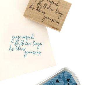 Commandez Tampon bois allemand DAS LEBEN GENIESSEN Florilèges Design. Livraison rapide et cadeau dans chaque commande.