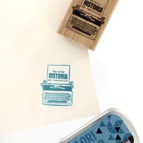 Tampon bois espagnol ESCRIBIR UNA BELLA HISTORIA par Florilèges Design. Scrapbooking et loisirs créatifs. Livraison rapide et...