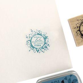 Parfait pour créer : Tampon bois italien SCRIVERE LA NOSTRA STORIA par Florilèges Design. Livraison rapide et cadeau dans cha...